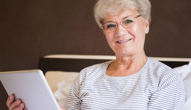 lesende ältere Frau
