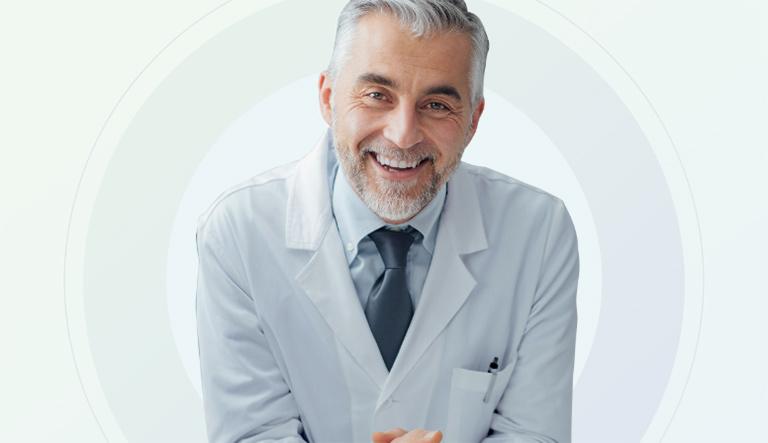 Arzt mit Kittel und Krawatte