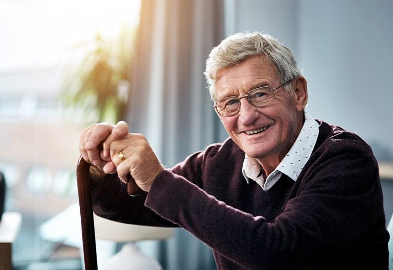 Älterer Herr mit einem Gehstock