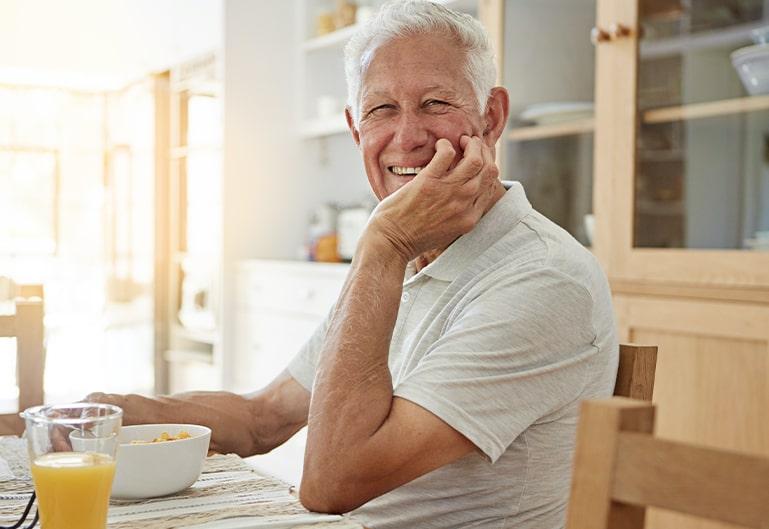 Mann mit Orangesaft