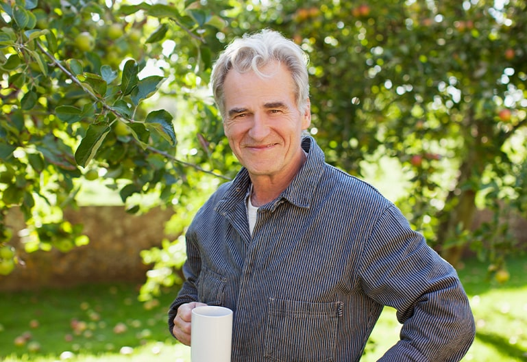 Herr in der Natur mit Kaffee