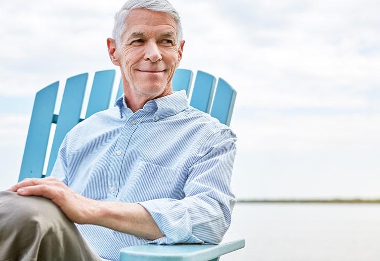 Mann sitzt auf dem blauen Stuhl