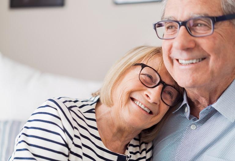 älteres Paar lächelt