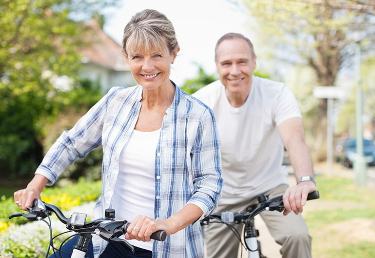 Ehepaar fährt Fahrrad