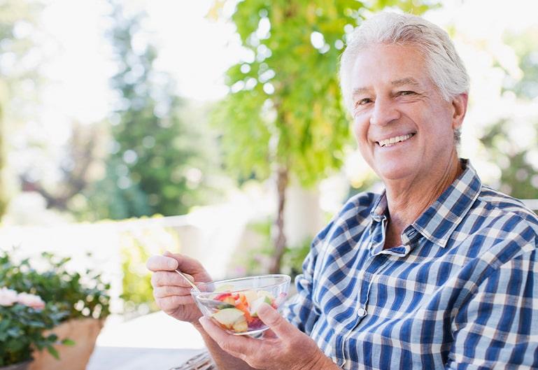 Ein Mann beim Frühstück
