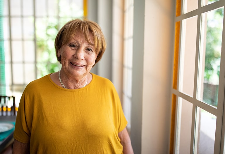 Oma mit gelbem Oberteil