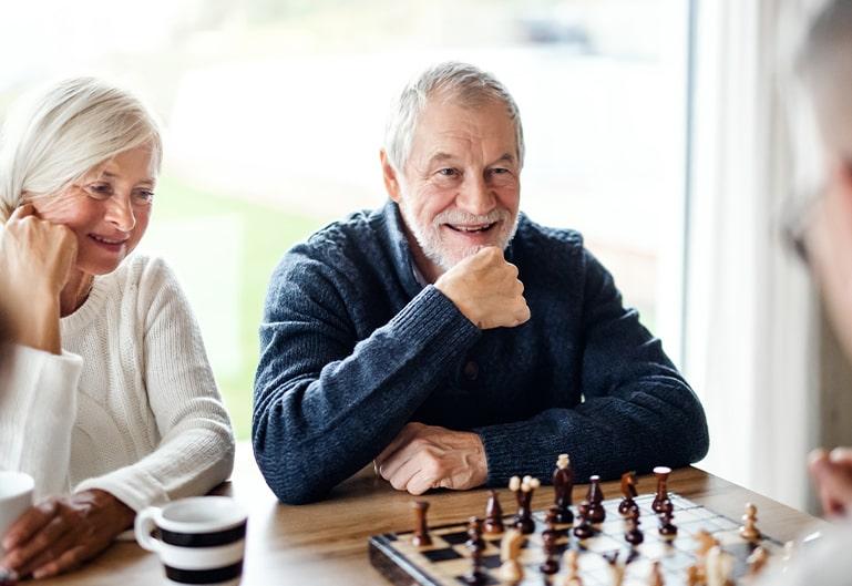 Senioren spielen Schach