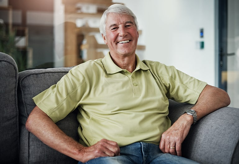 lachender Mann in grünem Shirt