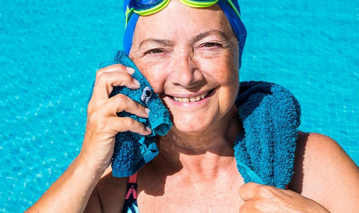 Frau mit Handtuch im Pool