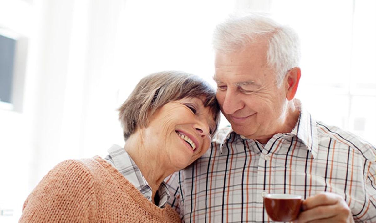 Altes Ehepaar mit Kaffee