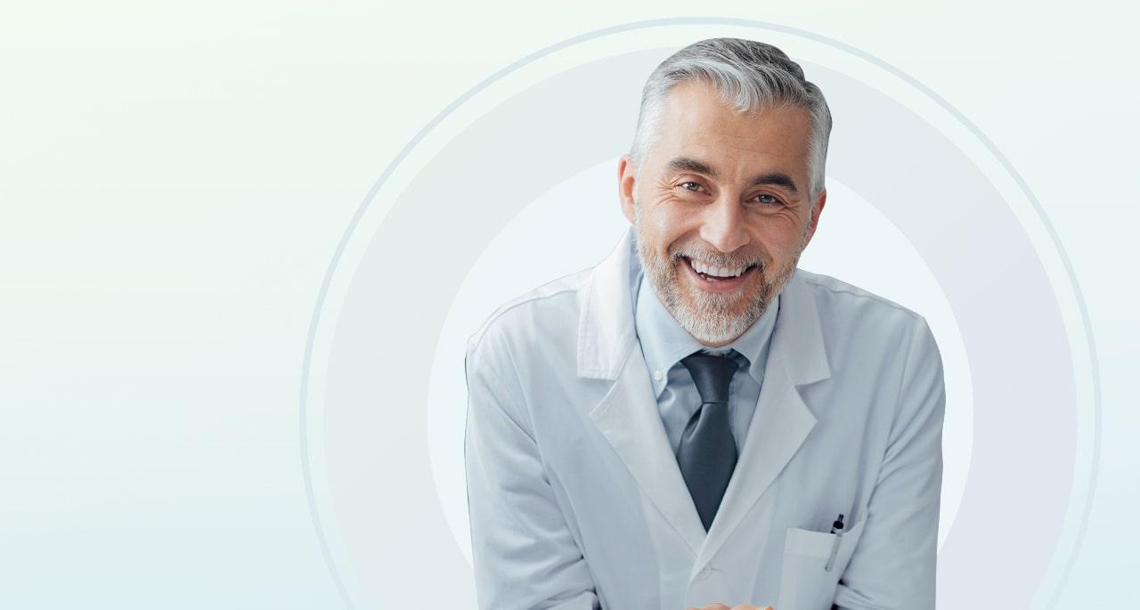 Mediziner mit weißem Kittel