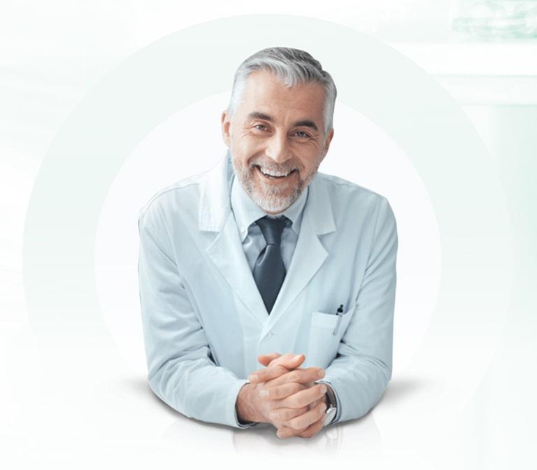 Mediziner mit weißem Kittel und Krawatte