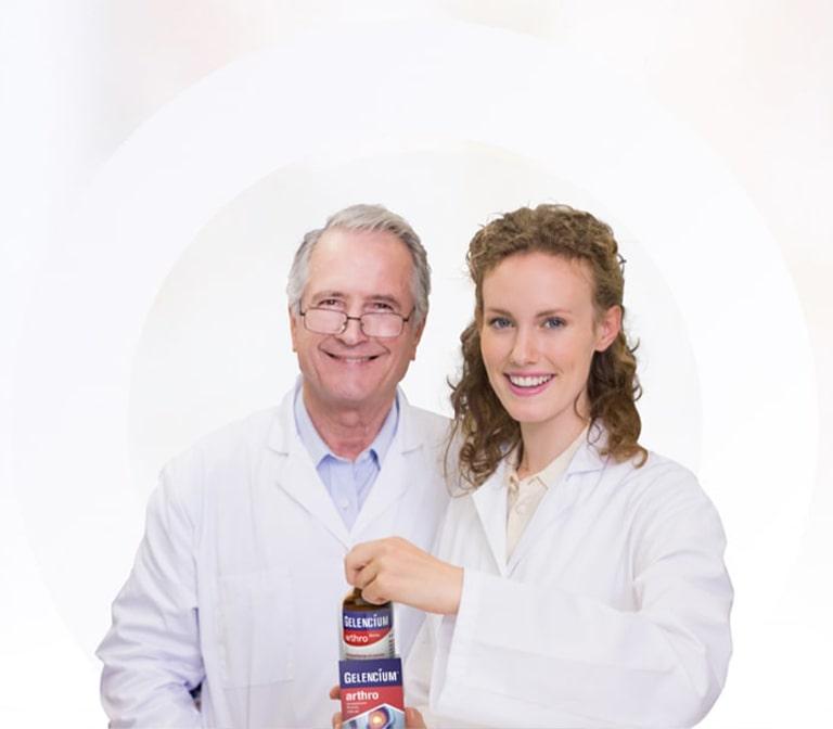 Zwei Ärzte mit GELENCIUM Packung